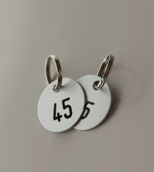 Cloakroom number tags in gilded or satin-finished aluminium