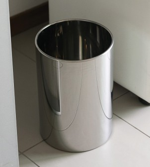 Customizable bathroom bin in steel