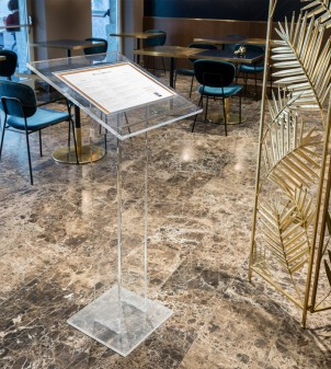 Customizable podium with lectern in Plexiglass