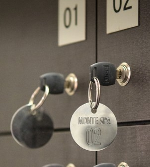 Numbered hotel keychains in aluminium or brass