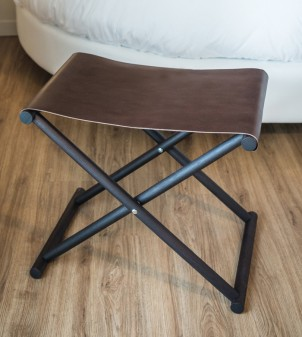 Folding luggage rack for guest rooms