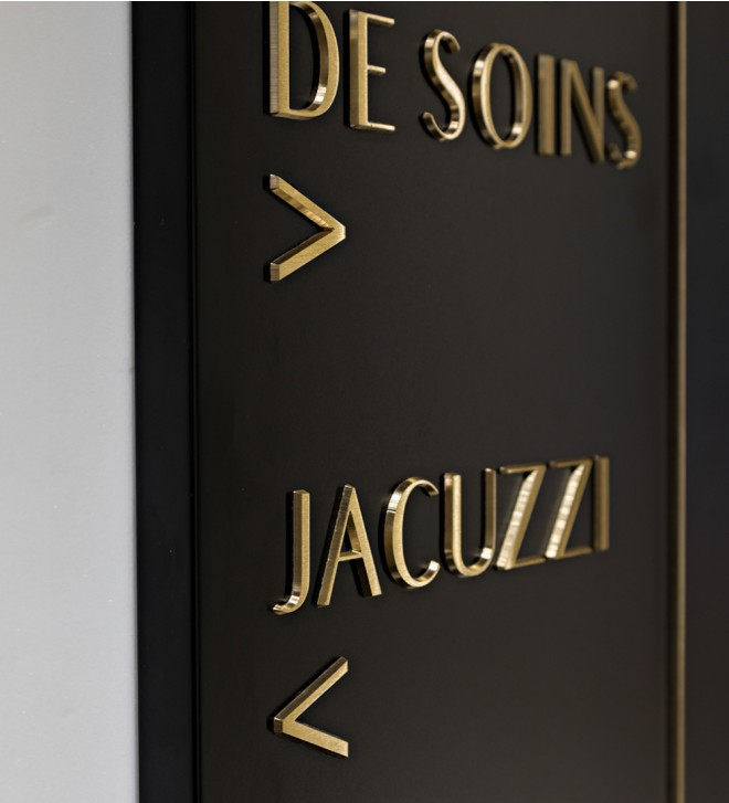 Personalised plexiglass plaques